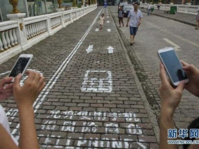 texting_smartphone_street_users_lanes (1)_s